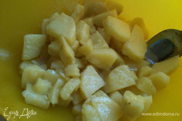 Залить еще теплый картофель маринадом, аккуратно перемешать...