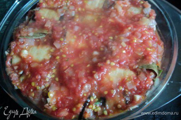 Посыпать рулетики мелко порезанным чесноком и залить соусом. Накрыть крышкой и тушить в духовке при температуре 200 градусов 45 мин.