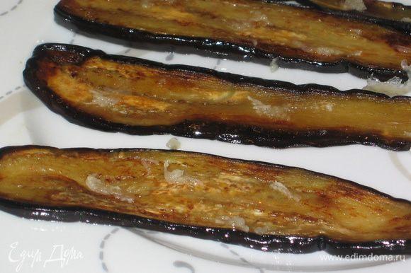 Поджарить на оливковом масле с двух сторон и посыпать тертым чесноком