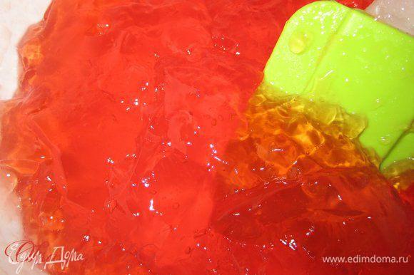 Желе залить согласно инструкции, уменьшить количество воды до 300 гр. Поставить в холодильник, желе должно застыть до состояния жидкого киселя.