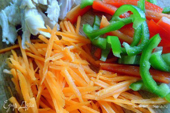 Овощи нарезать тонкой соломкой, посолить,приправить,перемешать и сложить небольшой горкой. Курицу порезать тонкой соломкой и тоже выложить к овощам, еще раз перемешать. Заправить можно майонезом или сметаной.