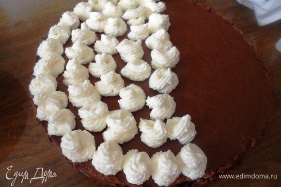 Затем взбить сливки с сахарной пудрой до устойчивых пиков, заполнить сливками кондитерский мешок и украсить торт.