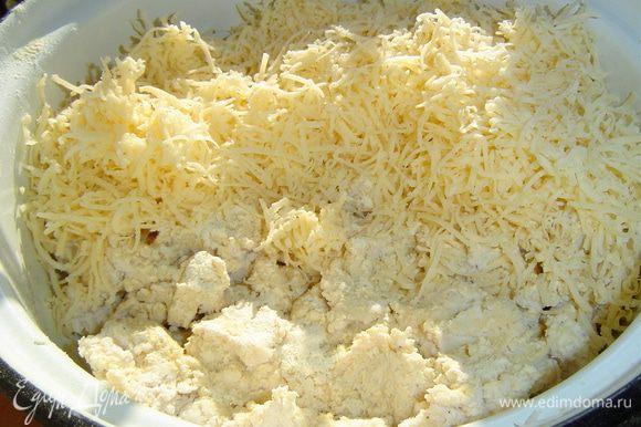 Смешиваем половину натертого сыра, фарш из куриного филе и чеснок, пропущенный через давилку, перемешиваем.