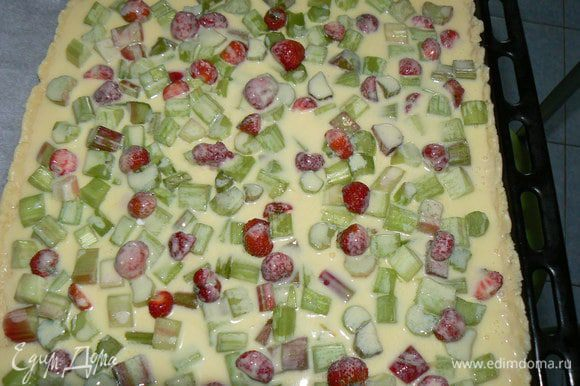 Пирог залить сметанно-яичной смесью,посыпать миндальными хлопьями,отправить в духовку до готовности.