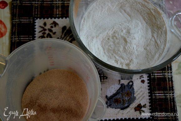 Разогреть масло в жаровне или используем фритюрницу.Ставим метку на 180 г. Смешать отдельно 1/2 стак.сахар и 1 ч.л. корицы. В другой чаше муку и 1/4 ч.л. корицы. Отставить в сторону.