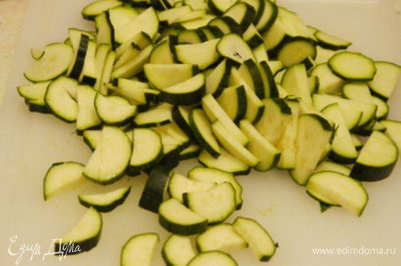 Нарезать цукини и обжарить на оливковом масле с лавровым листом. Посолить, поперчить. Цукини должны подрумяниться, но не развалиться.