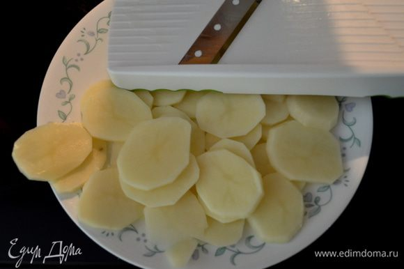 Разогреем духовку до 230гр. Картофель порежем пластинками тонко вручную или применяя слайсер.