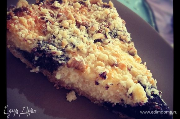 Для посыпки орехи измельчить и добавить к оставшемуся тесту. Присыпать пирог сверху. Выпекать 40-50 минут при 180-200 градусах.