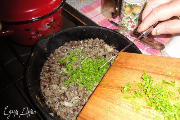 Растопить сливочное масло, обжарить лук с сердечками, добавить зелень.
