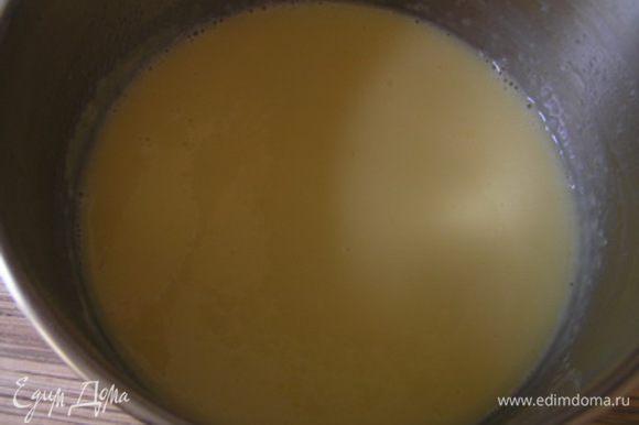 В молоко разогреть почти до кипения (если есть градусник, то до 85°, если нет, то когда от молока начнет подниматься пар). Молоко влить в яичную массу, перемешать, вылить все обратно в кастрюльку. Постоянно помешивая венчиком, снова довести массу до 85°.