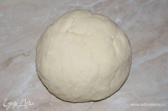 Муку смешать с солью и 1 ст.л. сахара, добавить оставшееся молоко, дрожжи и замесить тесто. Накрыть влажной салфеткой и оставить подходить на 1 час в теплом месте, после чего обмять.