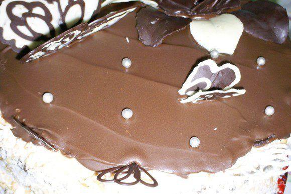 Для глазури плитку шоколада растопить с малом. Дать немного остыть и нанести на верх торта прямо на слой масляного крема. Бока торта я обсыпала кокосовой стружкой, а верх украсила шоколадными бабочками, листиками и цветком. Можно показывать торт публике и требовать восторженных оваций! Приятного аппетита.