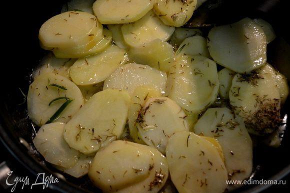 Когда слив.масло растает,добавить к нему картофель и все перемешать. Добавить тимьян, розмарин, 1/2 ч.л морской соли,черн.перец и чеснок. Выложить все на сковороду.Готовить примерно 20 мин.на плите.