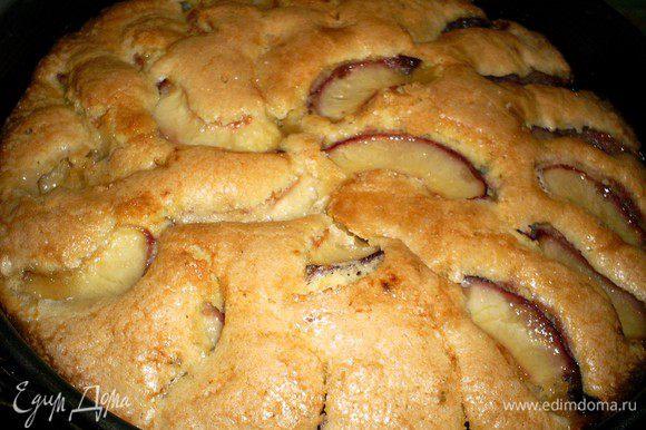Выпекаем пирог в разогретой до 180 градусов духовке примерно 45 минут до сухой лучинки. Остудить в форме.