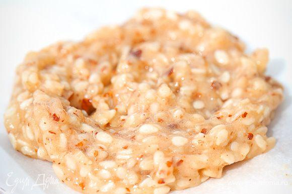 Плоскую форму выстелить силиконовым ковриком или пекарской бумагой. С помощью кулинарного шприца или мешка (или ложки) выдавить тесто на форму с большими промежутками.