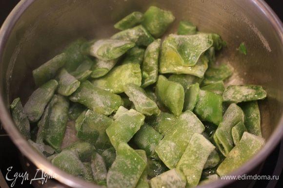 Теперь займемся фасолью. Разогрейте оливковое масло в сотейнике. Положите туда фасоль и тушите, пока фасоль не станет мягкой.