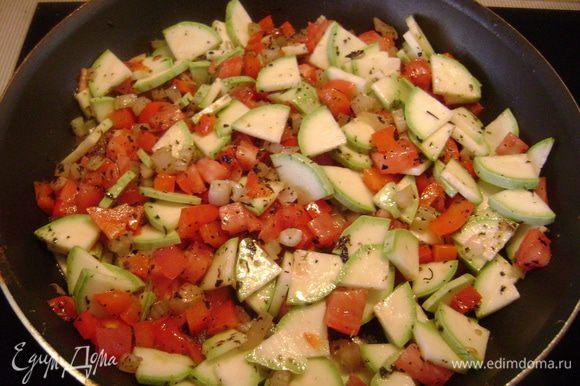 Добавить их к овощам на сковороду и тушить ещё 10 мин.