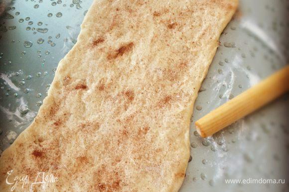 На посыпанной мукой поверхности раскатываем тесто в прямоугольник толщиной в 1см. Хорошенько промазываем размягчённым сливочным маслом, посыпаем сахаром и корицей. Я не стала изощряться, однако можно и поэкперементировать)