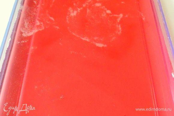 делаем малиновое желе из 500 мл.сиропа ,который разведен водой.Желатин развести по инструкции на пачке .Соединить с сиропо и вылить в форму,поставить в холодильник для застывания на минут 30-40.