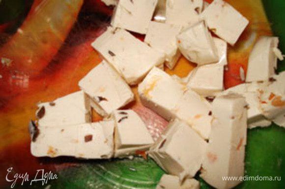 Фетакса(у меня был с оливками и паприкой)порезать на маленькие кусочки.