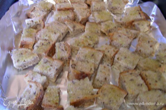 Хлебушек режем небольшими квадратиками, выкладываем на противень (лучше на бумагу или фольгу), смазываем чесночным маслом и отправляем в духовку 180 гр минут на 15 до легкой золотистой корочки.