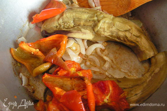 С овощей снять шкурку и выложить к луку