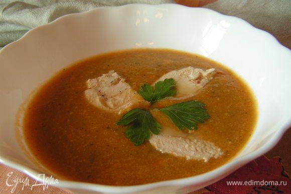 В каждую тарелку налить суп выложить несколько кусочков курицы и украсить петрушкой. Лучше подавать чуть остывшим. Приятного аппетита)