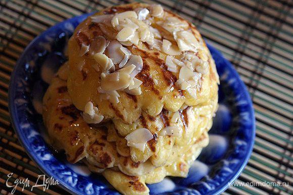 Медовые орехи подавать вместе с оладьями.