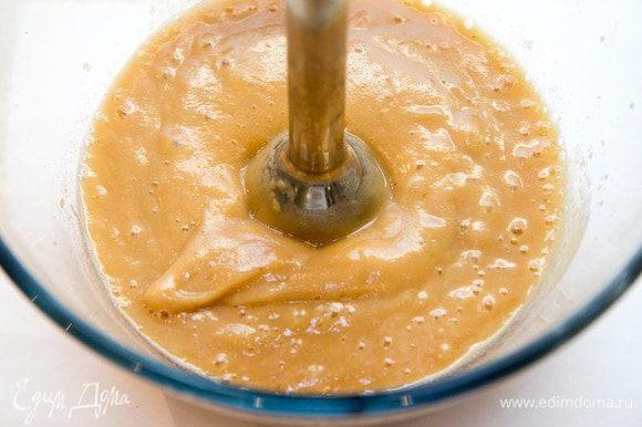 Яблоки перебрать, промыть, очистить, запечь в духовке до мягкого состояния. Взбить блендером в пюре или протереть через дуршлаг, затем — через густое сито.