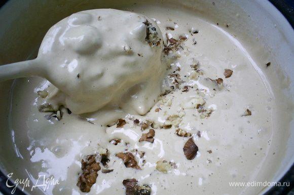 Добавляем муку, гашенную уксусом соду и рубленые орехи. Тщательно перемешиваем ложкой.