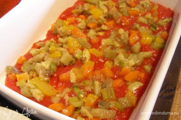 Затем выкладываем 1/3 или 1/4 овощей (смотрите по своей форме, у меня было 3 слоя, а в оригинале 4). Затем опять листы лазаньи и так до конца.