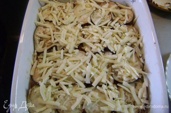 Выложить половину смеси с индейкой в огнеупорную форму, сверху положить половину макарон, на них - половину баклажанов. Посыпать тертым сыром каждого сорта. Повторить все слои.