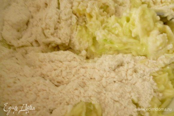 Постепенно добавить муку,перемешать,дать постоять 2-3 минуты.Если покажется жидковато,добавьте еще одну ложку муки.Яйца,кефир и мука бывают разные,поэтому определяйтесь сами.Но тесто не должно быть слишком густым,оно должно быть как густоватая сметана.