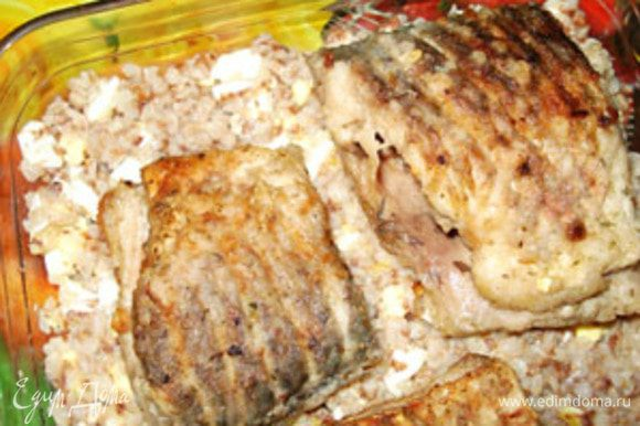 В форму для запекания смазать маслом, положить сверху кусочки рыбы.