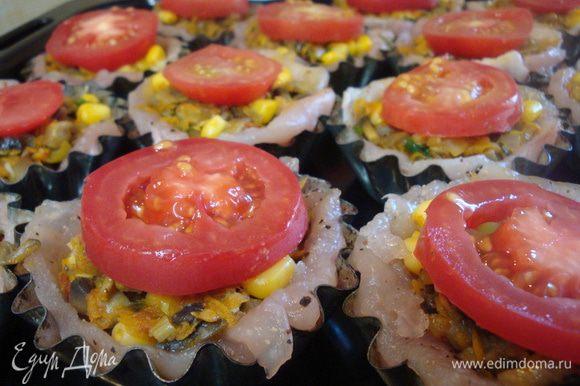 Затем выкладыаем начинку, утрамбовывая ложкой, сверху выкладываем кружок помидора.