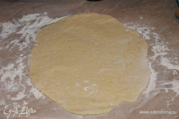 Вымесить тесто. на присыпанной мукой поверхности раскатать тесто в пласт.