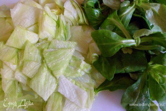 Салат также режем или рвем руками