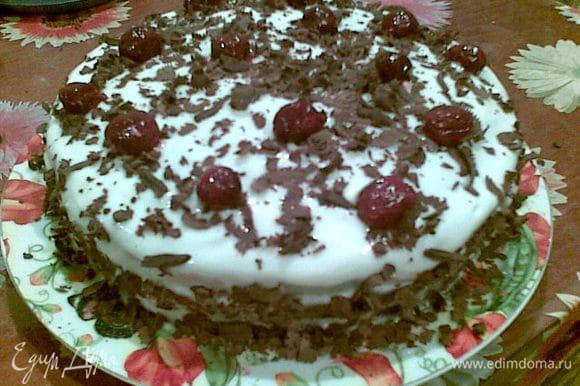 Обмазываем сливками верх и бока торта.Посыпаем стружкой из шоколада, украшаем вишней из сиропа или свежими вишенками с веточкой!Приятного аппетита!