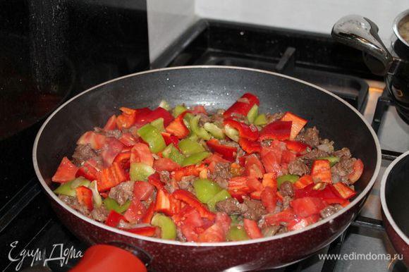 в это время,нарезаем перцы и помидор кубиками,и добавляем к обжареному мясу