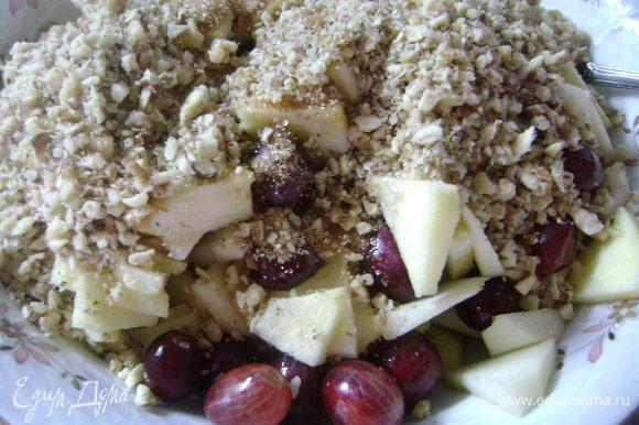 Яблоки очистить и нарезать ломтиками или натереть на терке. Крыжовник помыть и оборвать хвостики. Смешать яблоки, крыжовник, сахар и грецкие орехи.