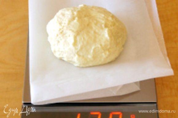 Растворить дрожжи в небольшом количестве воды. Влить растворённые дрожжи в миску тестомешалки, добавить просеянную муку и солод. Включить тестомешалку на самую медленную скорость и добавляя понемногу воду, замешивать около 15 минут. В самом конце добавить растворённую в воде соль и продолжать замешивать, пока тесто не станет эластичным и однородным. Перенести тесто в миску, смазанную оливковым маслом, и оставить подниматься в тёплом месте до увеличения объёма минимум в два раза. Готовое тесто перенести на рабочую поверхность, присыпанную мукой, и поделить на части примерно по 120 гр.