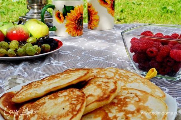 Выкладывать тесто на сковородку с хорошо разогретым маслом ложкой,подрумянивать с одной стороны, переворачивать и, уменьшив огонь, прожаривать пару минут под закрытой крышкой. Подавать к завтраку,с ягодами,вареньем,мёдом,сметаной и горячим чаем!Приятного аппетита! И яркого,солнечного лета!!!