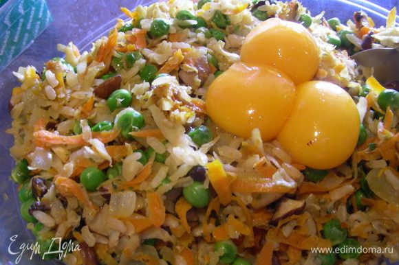 В рисово-овощную смесь добавляем желтки, соус и сыр. Все перемешиваем.
