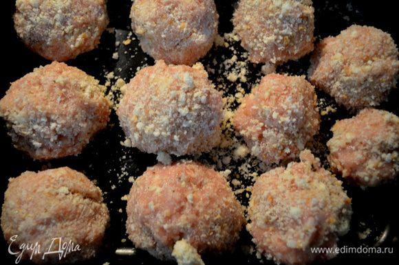 С влажными руками формируем шарики, я использовала после формирования шариков хлеб. свеж. крошку /взяв дополнит. хлеб/.