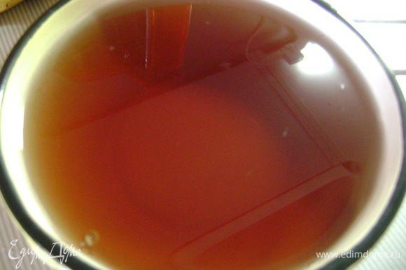 Желатин замочить полстаканом холодной кипяченой воды на 40 мин, затем развести при нагревании, не доводя до кипения, и смешать с соком. Как только желе остынет порциями поливать фрукты и охлаждать.