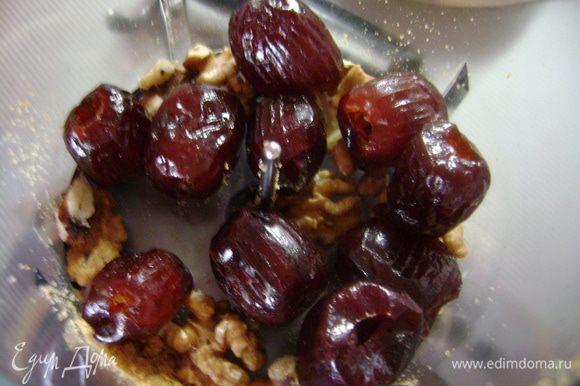 Затем измельчить грецкие орехи и финики.