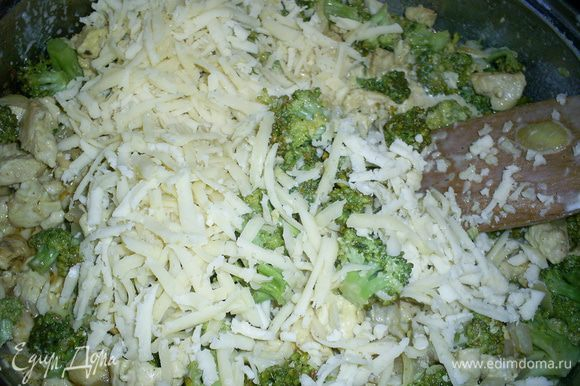 К остывшей начинке добавляем сметану и тертый сыр. Все перемешиваем.