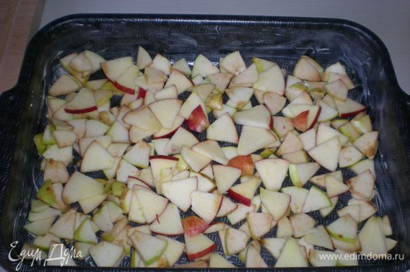 Смазываем форму сливочным маслом (или постелить пергаментную бумагу), и укладываем яблоки в форму в любом порядке (или беспорядке), главное, чтобы было закрыто дно формы и слой яблок был примерно одинаковый.