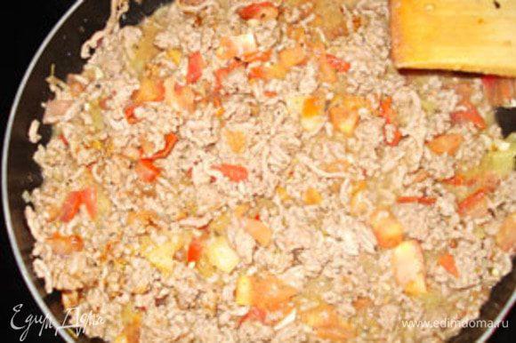 Готовим начинку. На растительном масле обжарить чеснок, добавить фарш и обжаривать до изменения цвета мяса. Добавить мелко порезанный перец и обжаривать все вместе минут 10, потом добавить помидоры, порезанные на кубики.Все вместе тушить минут 10, добавить соль и специи.