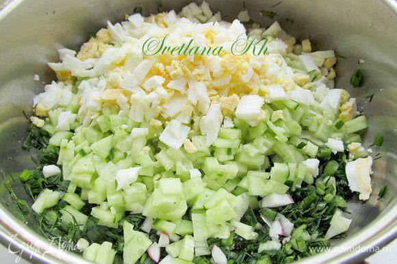 Вареные яйца, копченую курицу, редис, свежий огурец порезать и соединить с зеленью.
